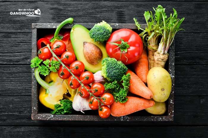 Sau nâng ngực nên ăn nhiều rau xanh và trái cây tươi
