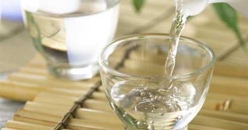 Cách xoá hình xăm dán bằng rượu trắng