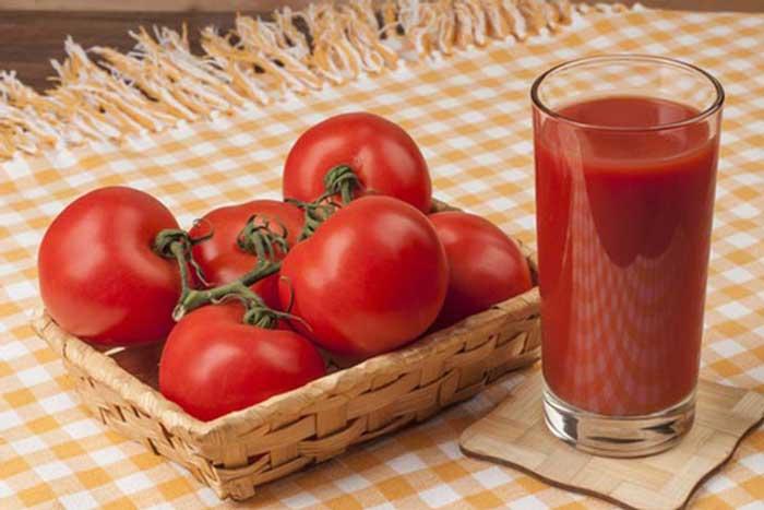 Cách trị mụn thâm trên mặt bằng cà chua