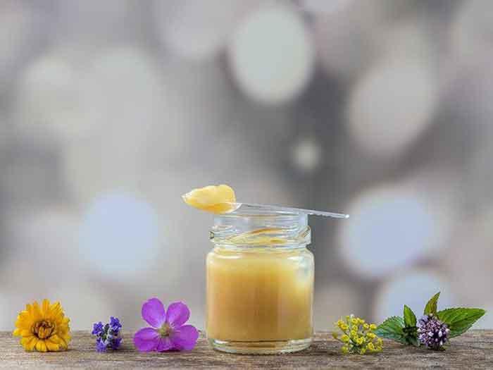 đắp mặt nạ sữa ong chúa trị mụn ẩn dưới da hiệu quả