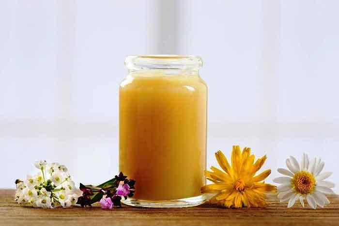 cách dùng sữa ong chúa trị mụn ẩn
