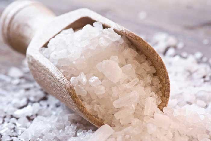 Cách dùng muối biển và rau diếp cá trị mụn đơn giản tại nhà
